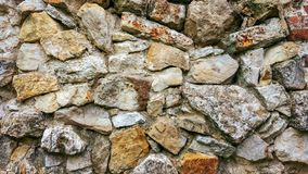 从巨大的块的石老墙壁 石头背景 概念可靠性 在石头之间的空间充满 免版税库存图片