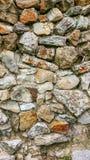 从巨大的块的石老墙壁 石头背景 概念可靠性 在石头之间的空间充满 库存照片
