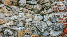 从巨大的块的石老墙壁 石头背景 概念可靠性 在石头之间的空间充满 免版税库存照片