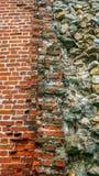 从巨大的块的石老墙壁 石头背景 美好的织地不很细葡萄酒古董背景 老石工和a 免版税库存图片