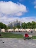 从巴塞罗那的街道场面:一个未认出的人坐长凳在Placa d'Andre马尔罗 巴塞罗那,西班牙- 5月5日201 免版税库存照片