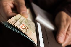 从巴西的纸笔记 正面图老妇人的手处理 免版税图库摄影