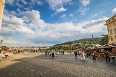 从布拉格城堡的看法在老镇在夏天在布拉格,捷克 库存图片