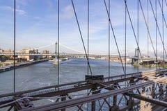 从布鲁克林大桥的看法在曼哈顿大桥在纽约,美国 库存照片