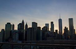从布鲁克林大桥的纽约更低的曼哈顿地平线 免版税库存图片