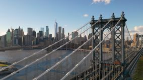 从布鲁克林的曼哈顿大桥运输交通向纽约 股票录像