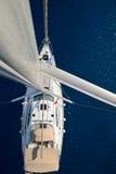从帆柱的视图在航行游艇 库存照片