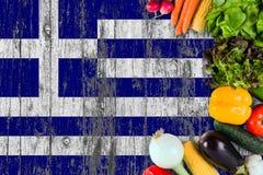 从希腊的新鲜蔬菜在桌上 烹调在木旗子背景的概念 库存图片