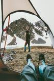 从帐篷入口的旅行生活方式野营的夫妇视图 免版税库存图片