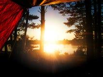从帐篷的美好的日落视图 以t为背景 免版税库存图片