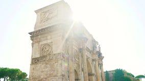 从帕拉蒂尼山的美丽的射击向罗马斗兽场的4k君士坦丁凯旋门 股票录像