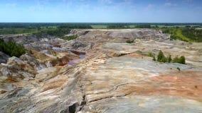 从平坦的部分的飞行到在被放弃的粘土矿坑的山沟 股票视频