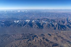 从平面窗口的美丽的cloudscape和雪山 免版税库存图片