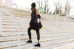 从年轻运动残疾女孩后面的照片有义肢的 免版税图库摄影