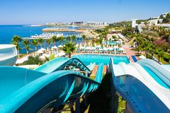 从幻灯片上面的美丽的景色在aquapark的在海滩 免版税库存照片