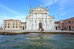 从底部的白天视图到圣乔治Maggior前面门面  免版税库存照片