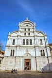 从底部的白天视图到圣教会被装饰的门面  免版税库存图片