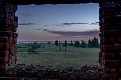 从废墟的窗口的看法 日出的观察 免版税库存照片