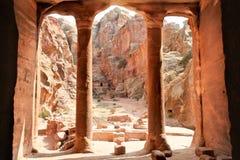 从庭院霍尔, Petra,乔丹的视图 免版税库存照片