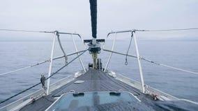 从弓的全景在蓝色海和多云地平线,当航行在风帆船时 股票视频