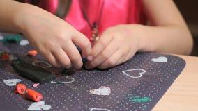 从彩色塑泥的小女孩雕刻的形象 股票视频