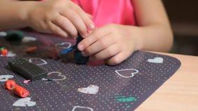 从彩色塑泥的小女孩雕刻的形象 影视素材