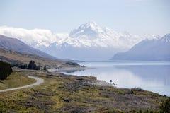 从彼得` s监视的风景看法沿库克山国家公园的,新西兰普卡基湖 免版税库存照片