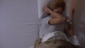 从恶梦和城市噪声的年轻女人痛苦在睡觉期间在晚上 股票视频
