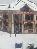 从我的窗口的神色在Kashmir& x27;s第一雪秋天 库存照片