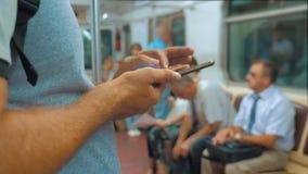 从手机智能手机的偶然旅客人读书写消息屏幕,当神色移动的导航员时 股票视频