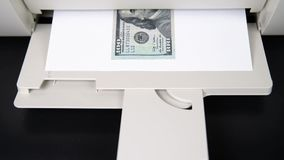 从打印机100打印的$ 作赝品者 金钱和钞票 股票录像