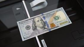 从扫描器被复制的$100 作赝品者 金钱和钞票 股票视频