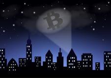 从探照灯的光显示在夜城市的隐藏货币bitcoin 免版税库存照片