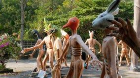 从描述在伊甸园和地狱寺庙的地狱的可怕的雕象人的恶习  泰国 股票录像