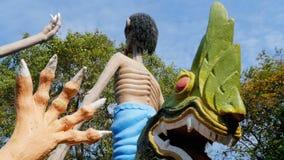 从描述在伊甸园和地狱寺庙的地狱的雕象人的恶习  泰国 股票视频