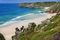 从摇石岩石的cornwall Porthcurno海滩 免版税库存图片