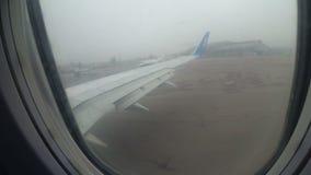 从操纵沿跑道的喷气机客机的窗口的看法入雾