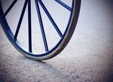 从支架的老蓝色减速火箭的轮子 免版税库存图片
