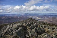 从敏锐的登上的一个看法 Cairngorm山,阿伯丁郡,苏格兰 免版税库存照片