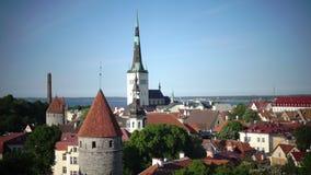 从教会和古老塔老城市钉观察台的城市全景  塔林 爱沙尼亚 影视素材