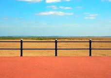 从散步的末端的风景看法在圣徒annes的在lancashire的海与在沙滩前面的栏杆与g 免版税库存照片