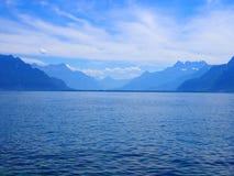从散步看的秀丽高山莱芒湖风景在沃韦市在瑞士 库存图片