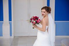 从新娘微笑的后面看法在入口前面转向仪式大厅 女孩看得非常 库存图片