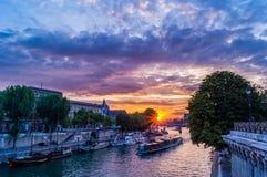从新桥的日落在巴黎 免版税库存照片