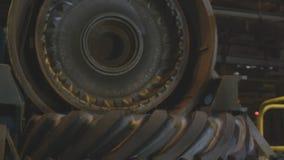 从新闻的看法有对拖拉机轮胎慢动作的细节的 股票视频