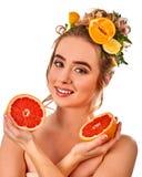从新鲜水果的头发水合的面具在妇女头 库存图片