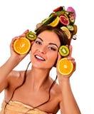 从新鲜水果的头发面具在妇女头 仅有的肩膀 免版税库存照片