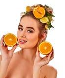 从新鲜水果的头发面具在妇女头 免版税图库摄影