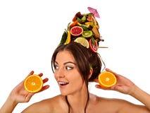 从新鲜水果的头发面具在妇女头 库存照片