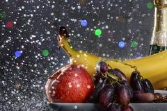 从新鲜的五颜六色的果子的欢乐静物画在下落和飞溅落的水 库存照片